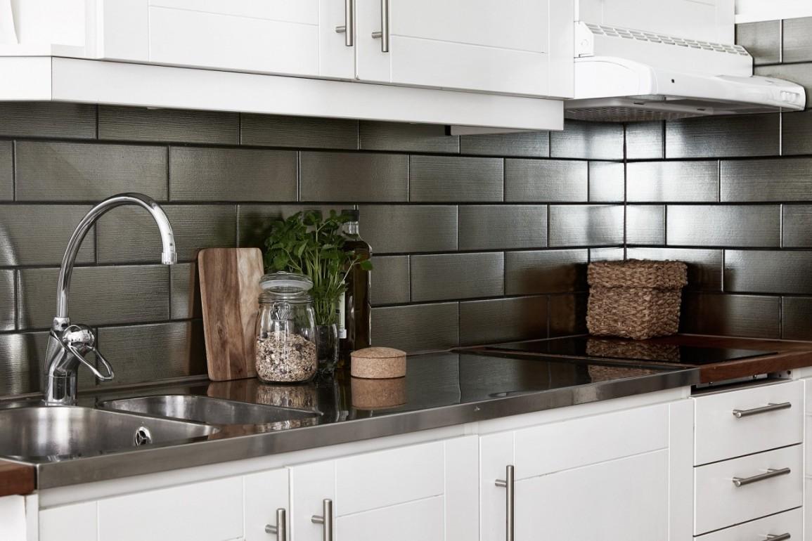 Белый кухонный гарнитур с металлической столешницей на кухне в стиле лофт