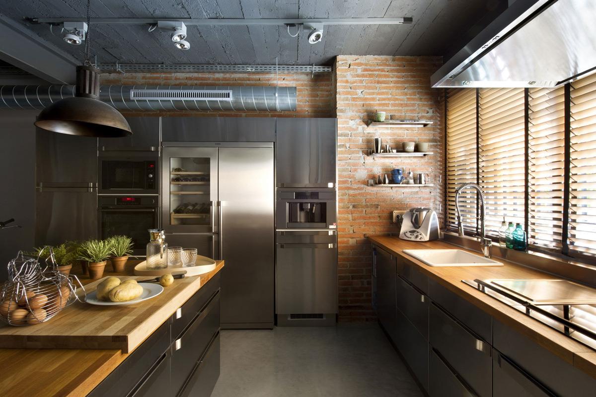 Металлический кухонный гарнитур с островом и деревянными столешницами в стиле лофт