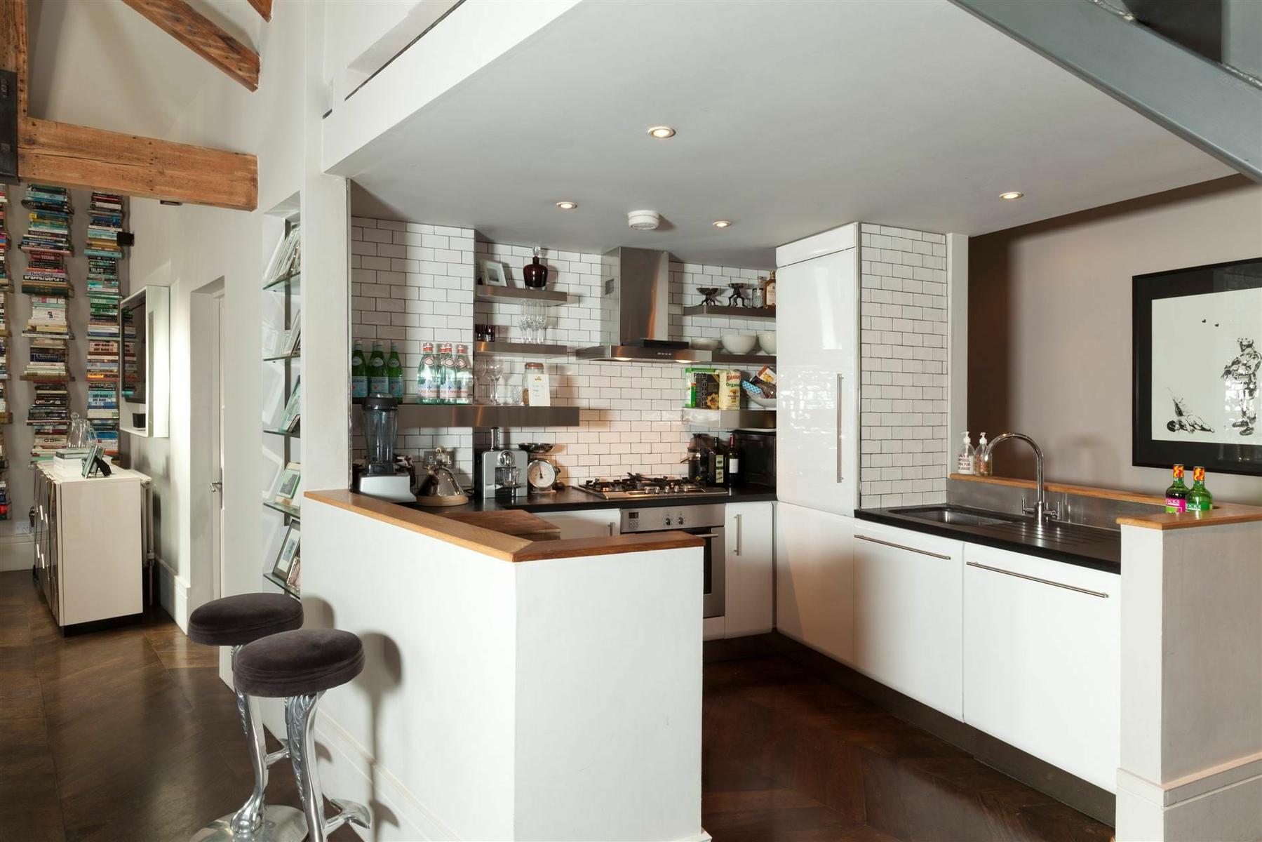 Белые стены в гостиной-кухне в стиле лофт