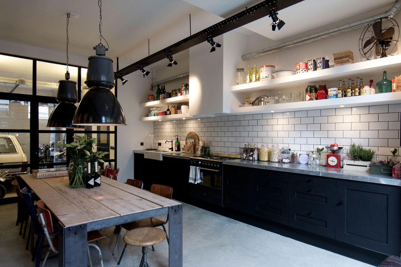 Уютная черно-белая кухня в стиле лофт