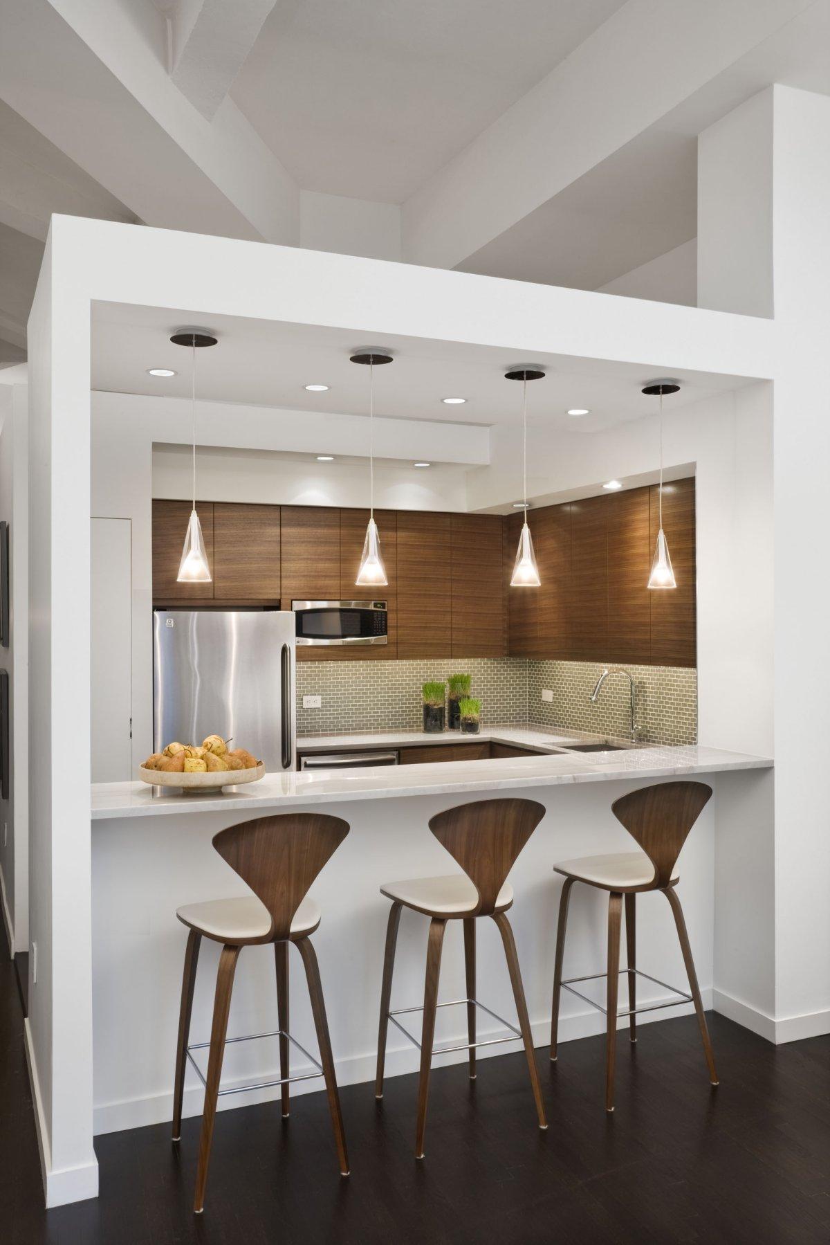 Бело-коричневый интерьер кухни