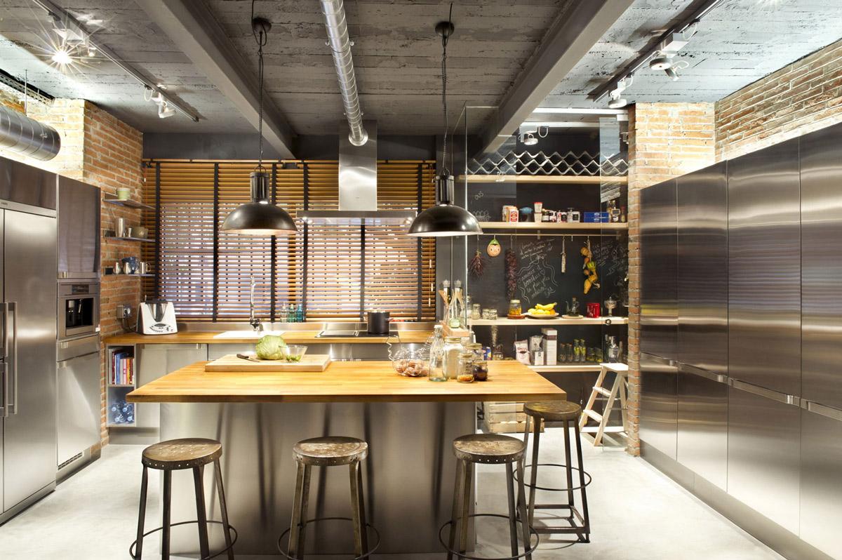 Коричнево-черная кухня с островом в стиле лофт