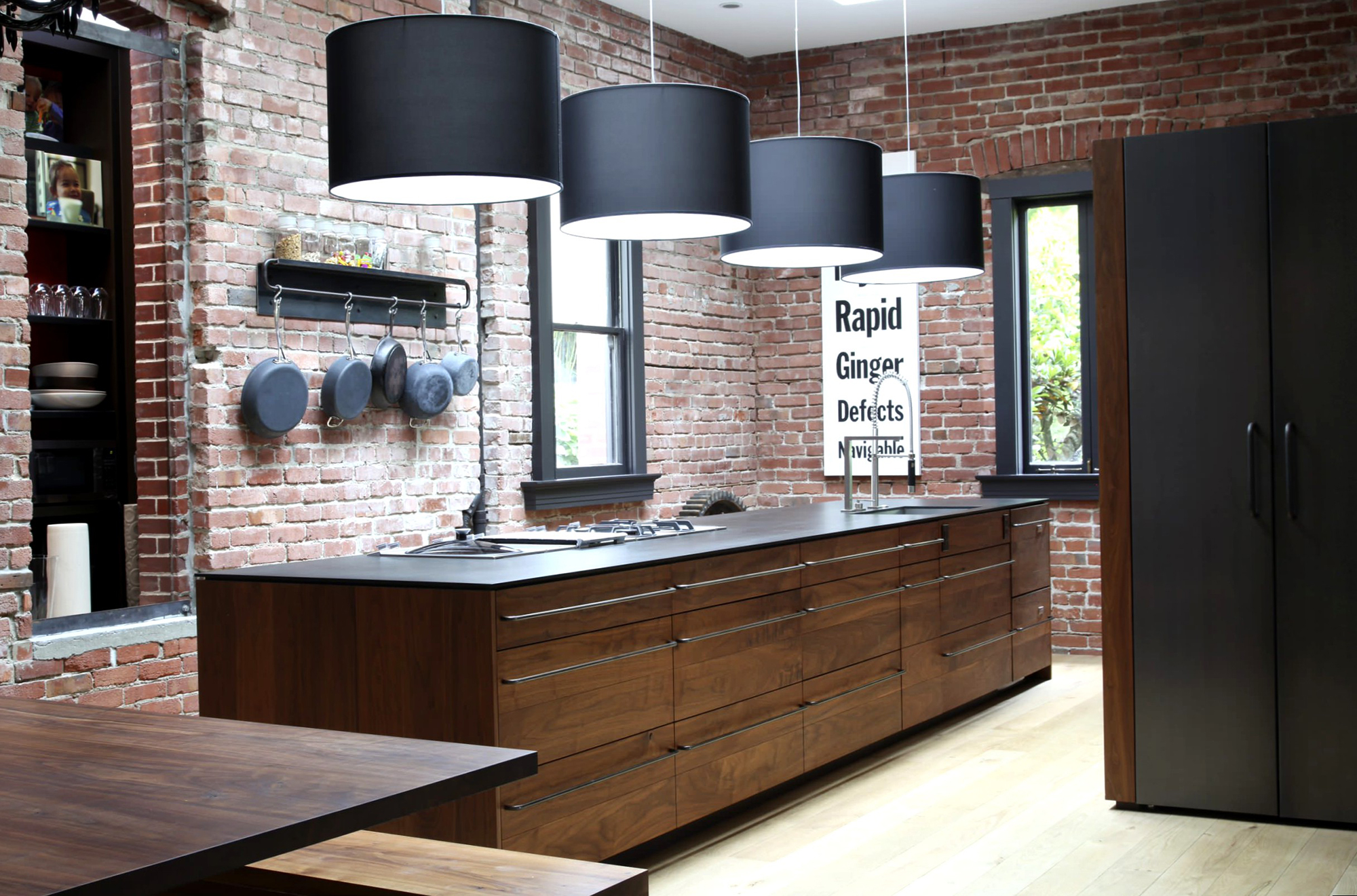 Черно-коричневый интерьер кухни