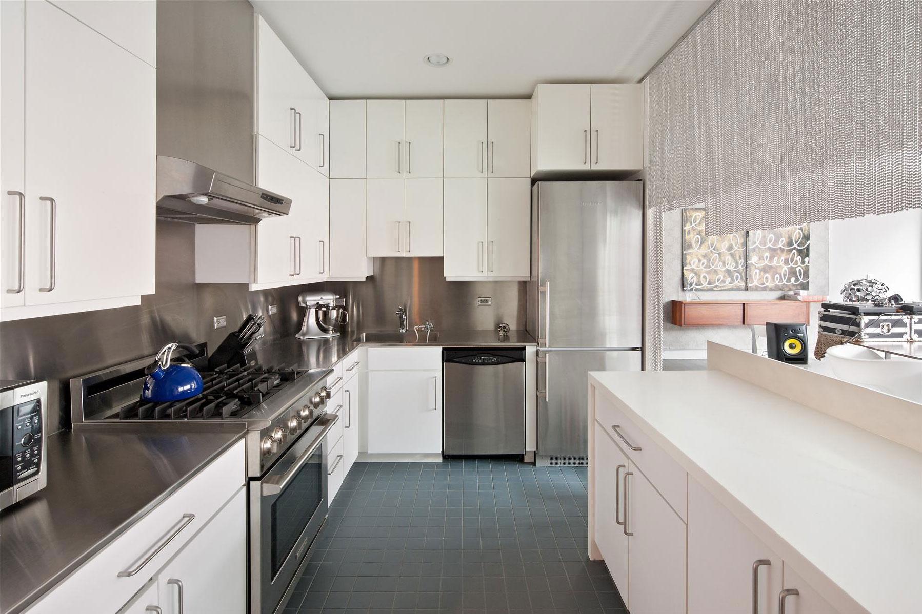 Белый кухонный гарнитур в квартире в стиле лофт