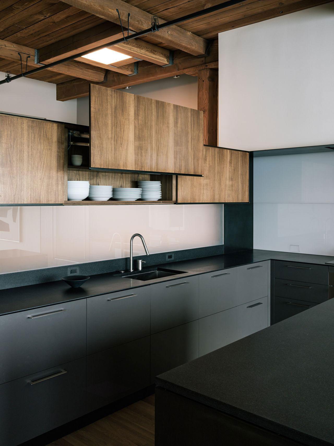 Черно-коричневый кухонный гарнитур в стиле лофт
