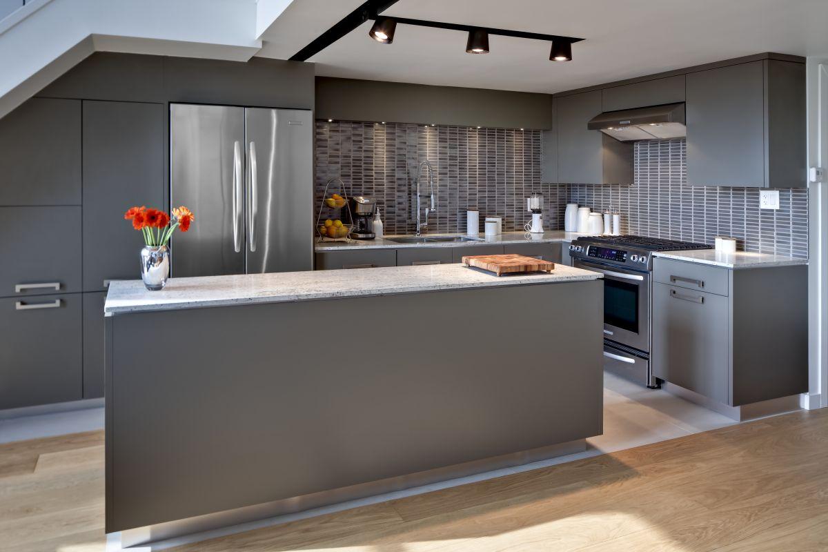 Серый кухонный гарнитур с островом на кухне в стиле лофт