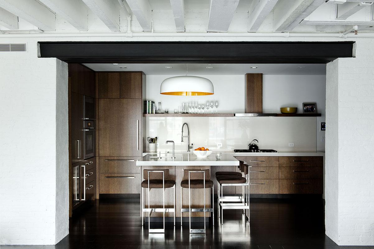 Бело-коричневая мебель на кухне в стиле лофт