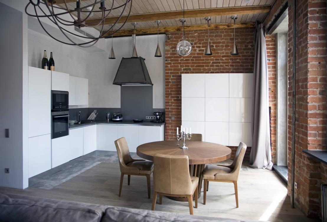 Кремовые плотные шторы на кухне в стиле лофт
