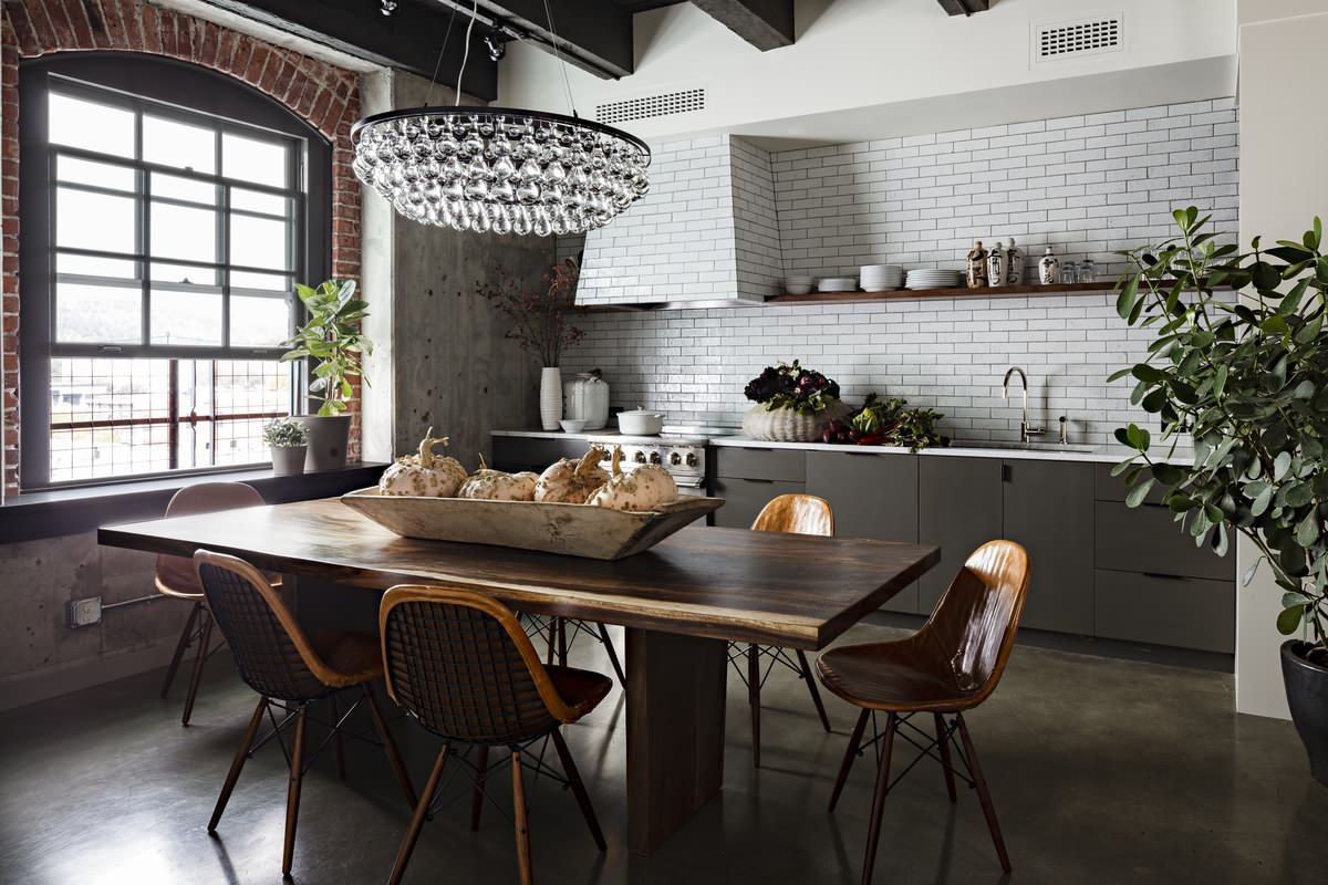 Кухня с обеденным столом в стиле лофт