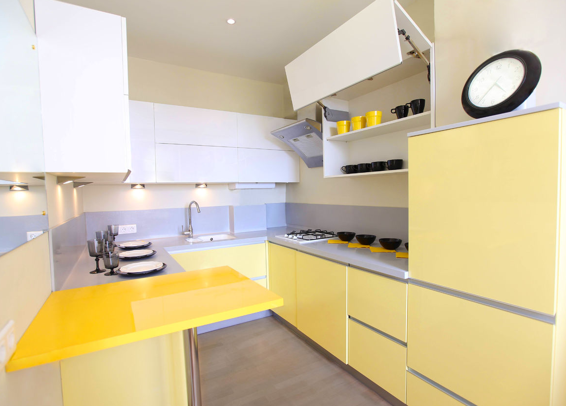 Маленькая бело-желтая кухня