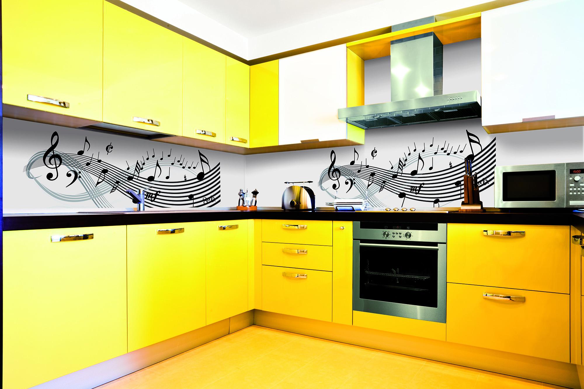 Желтая кухня с черно-белым фартуком