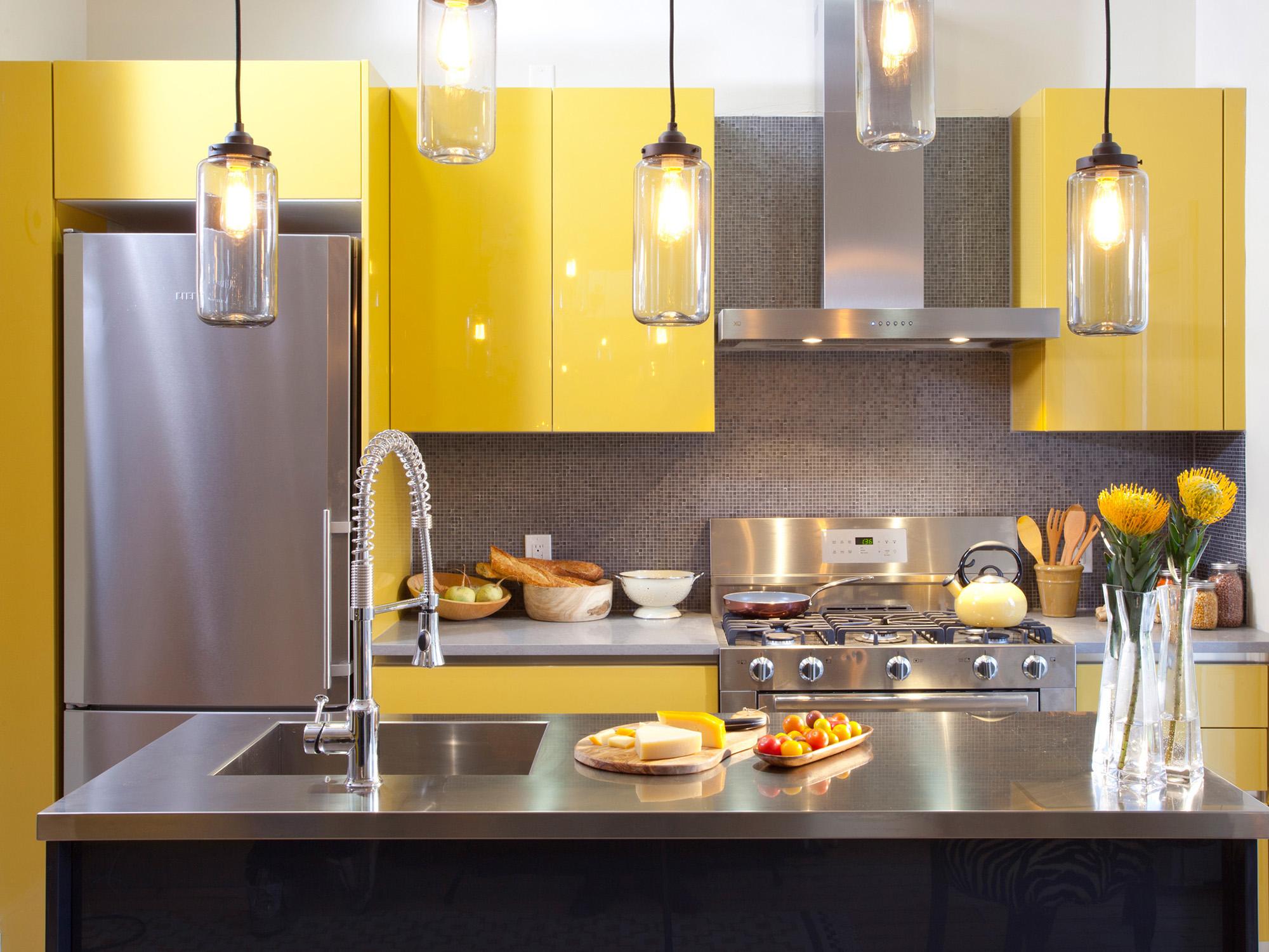 Серо-желтый гарнитур на кухне с островом