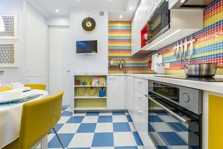 Сине-желтые акценты в светлой кухне