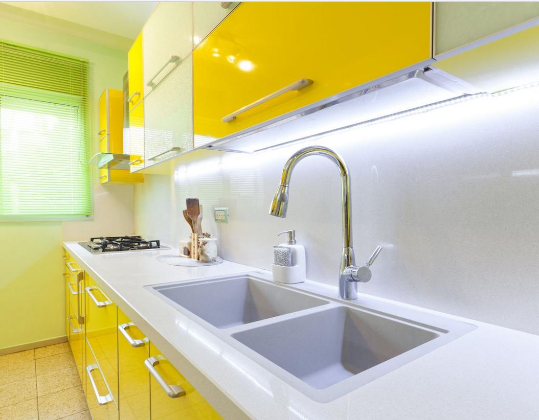 Желтый глянцевый фасад кухни