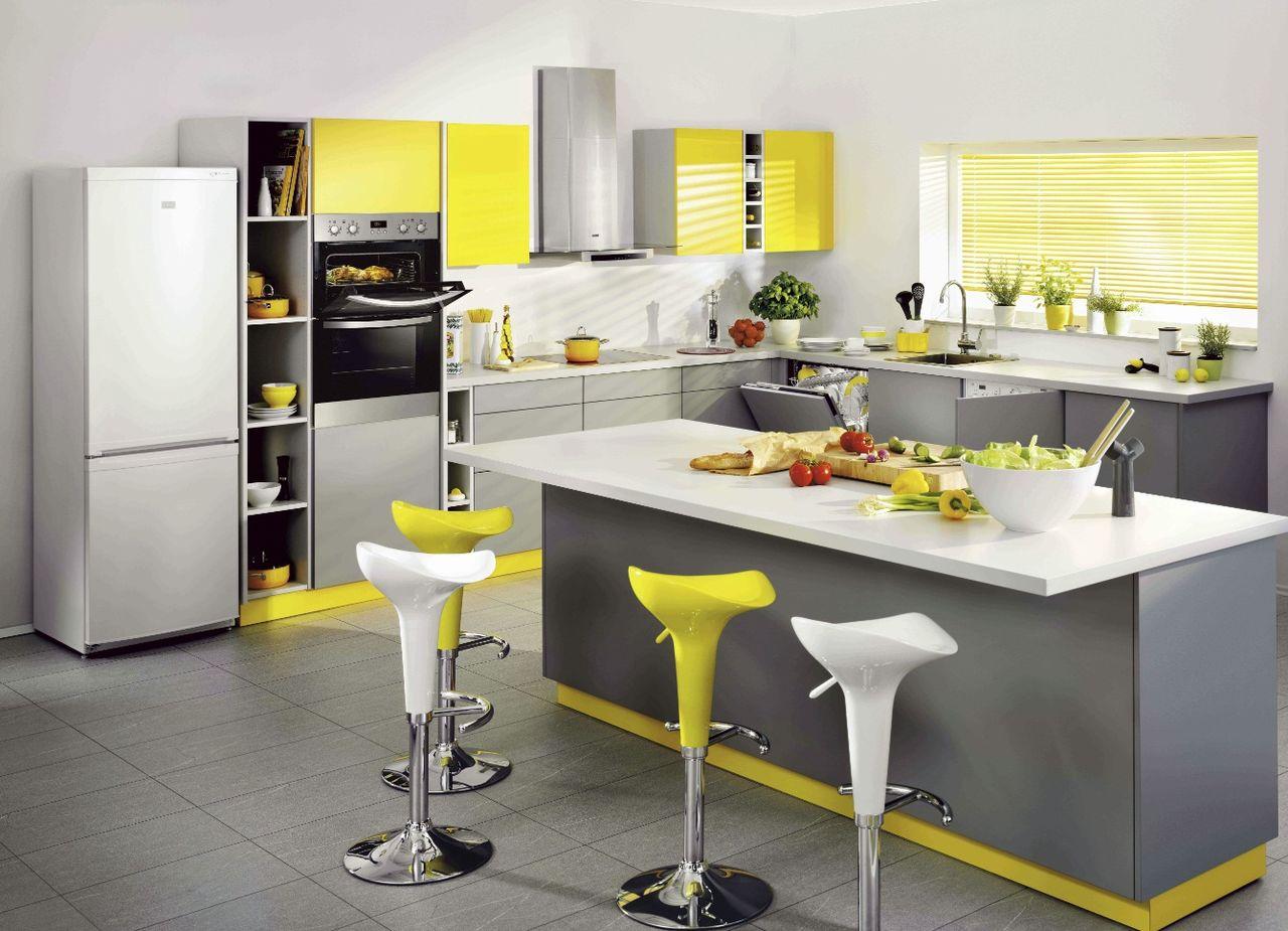 Желтые акценты в серо-белой кухне