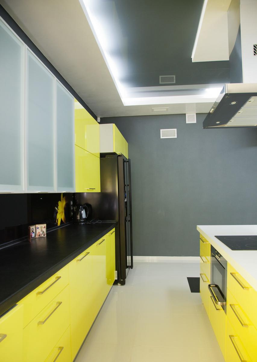 Желто-черный гарнитур на кухне