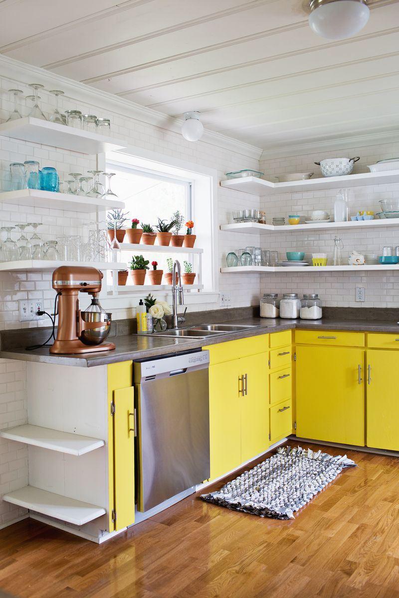 Бело-желтая кухня с полками