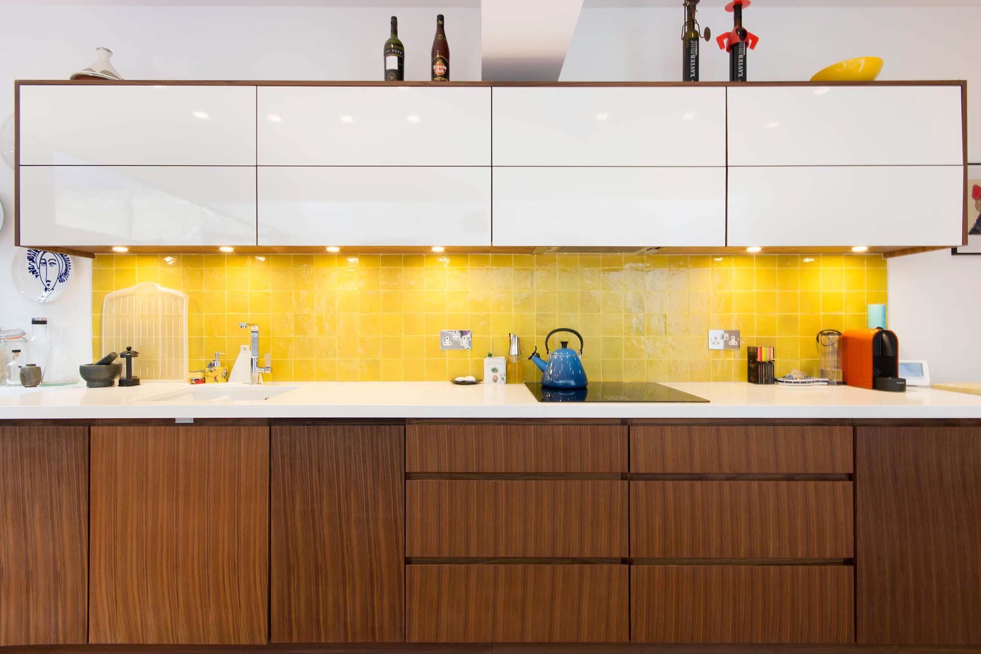 Коричнево-белый кухонный гарнитур с желтым фартуком