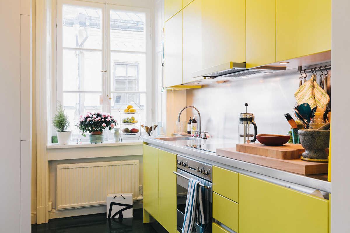 Желтый фасад кухни в скандинавском стиле