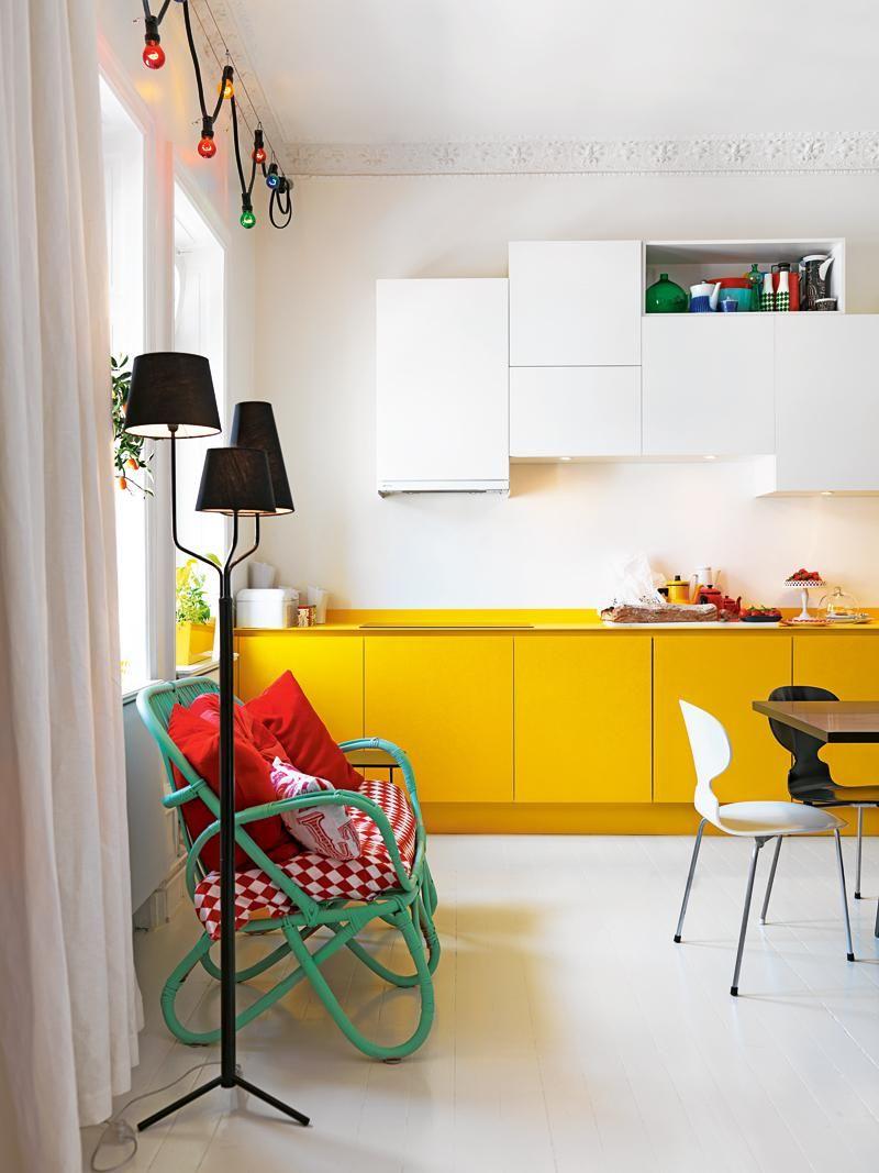 Зеленый диван в бело-желтой кухне