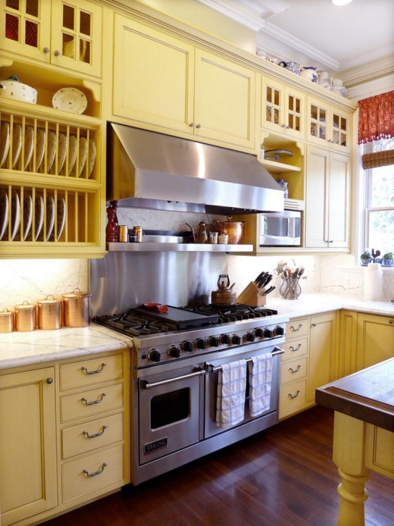 Кухонный гарнитур пастельного желтого цвета
