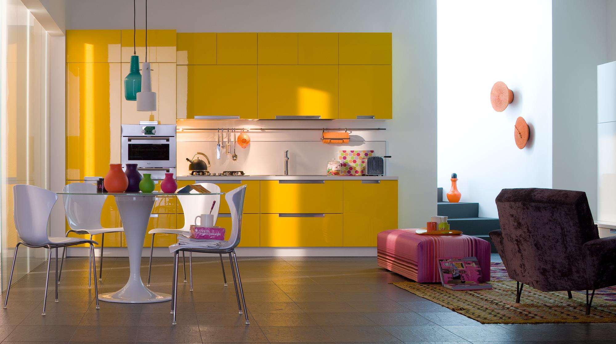 Оранжевые и розовые акценты в бело-желтой кухне