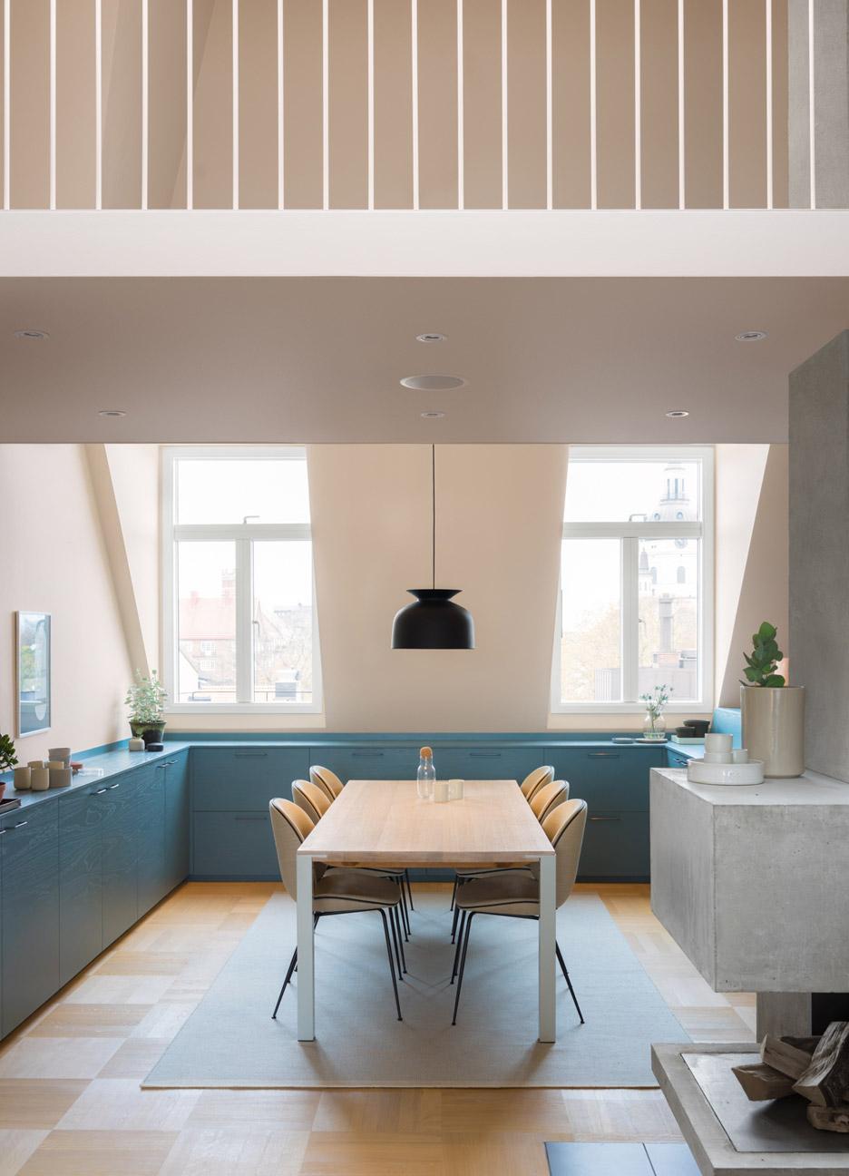 Кухня в голубых тонах в квартире