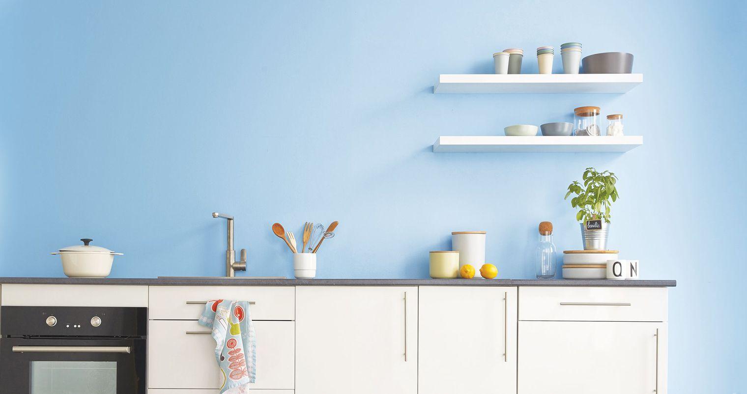 Кухня в голубых тонах в лаконичном дизайне
