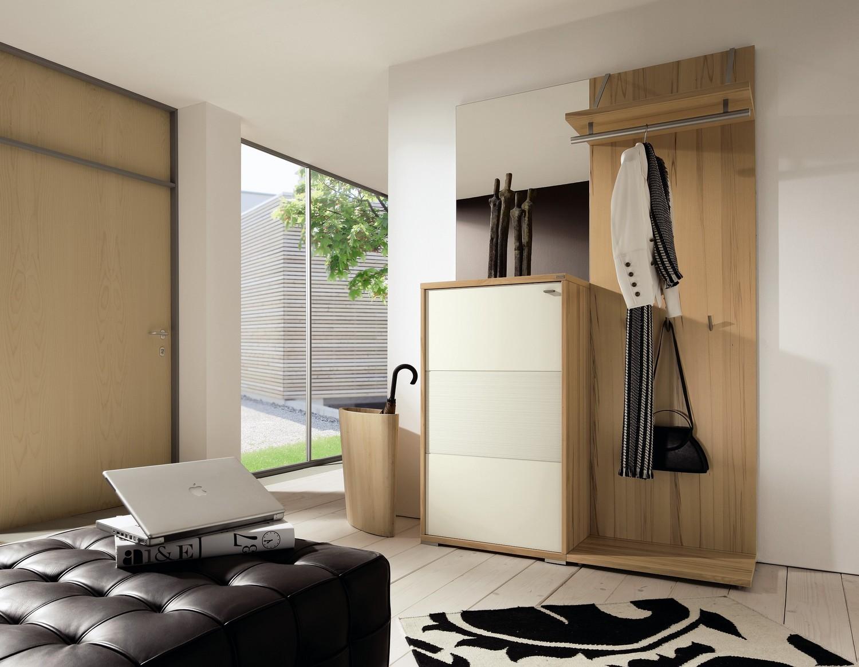 Бело-бежевая мебель из бука в прихожую