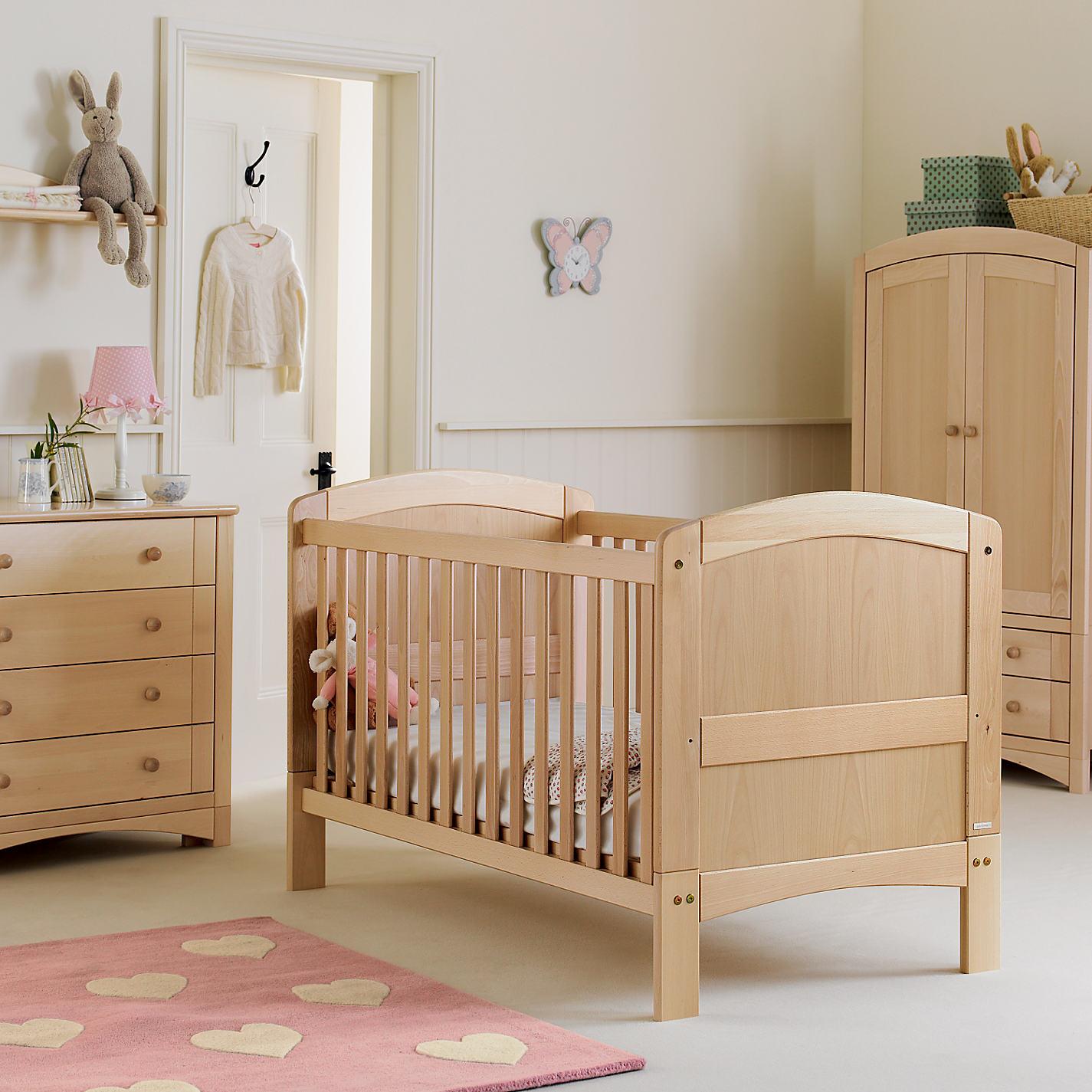 Кроватка, комод и шкаф из бука в детской