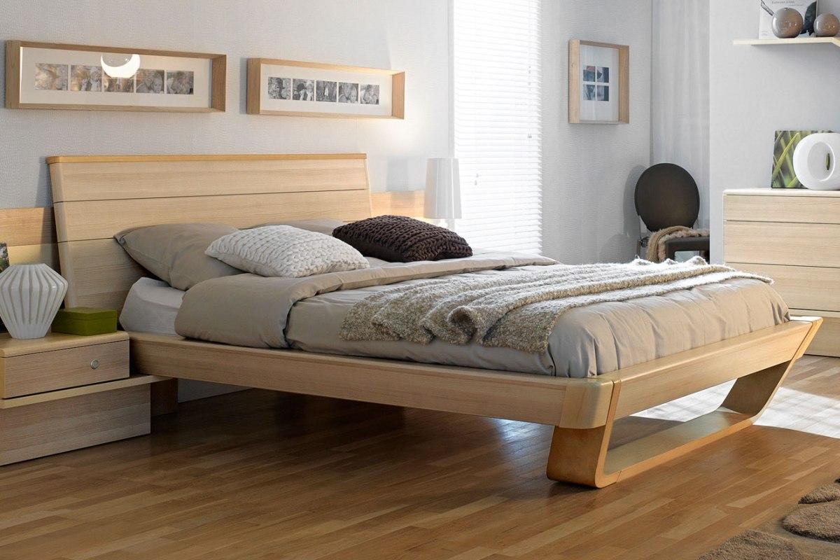 Кровать и другая мебель из бука в спальне