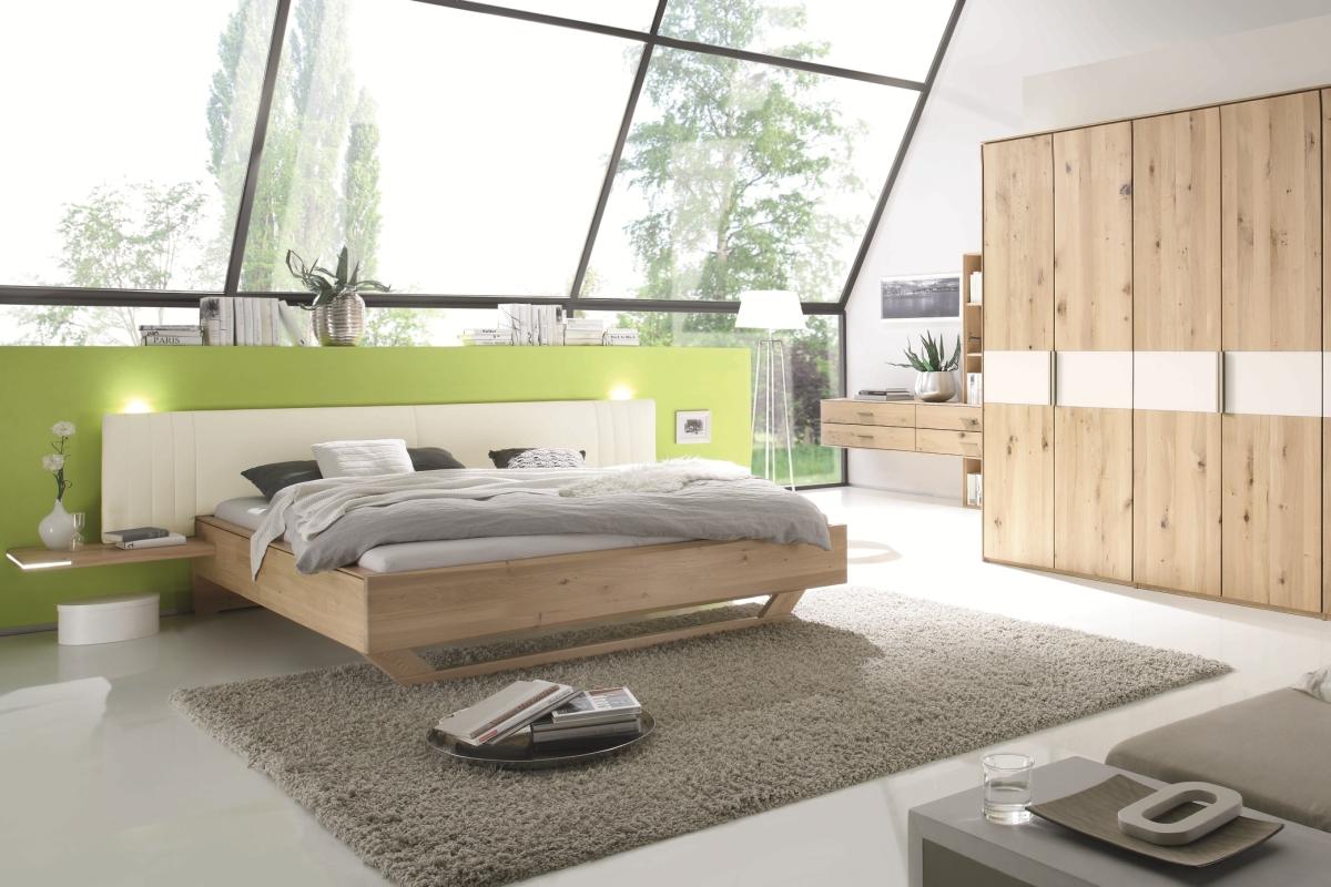 Шкаф и кровать из бука в спальне