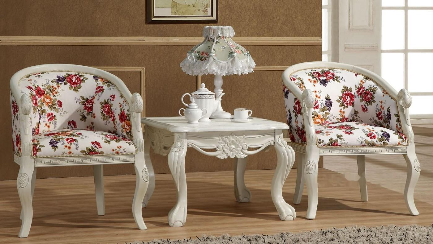 Кресла и столик из дуба в гостиной