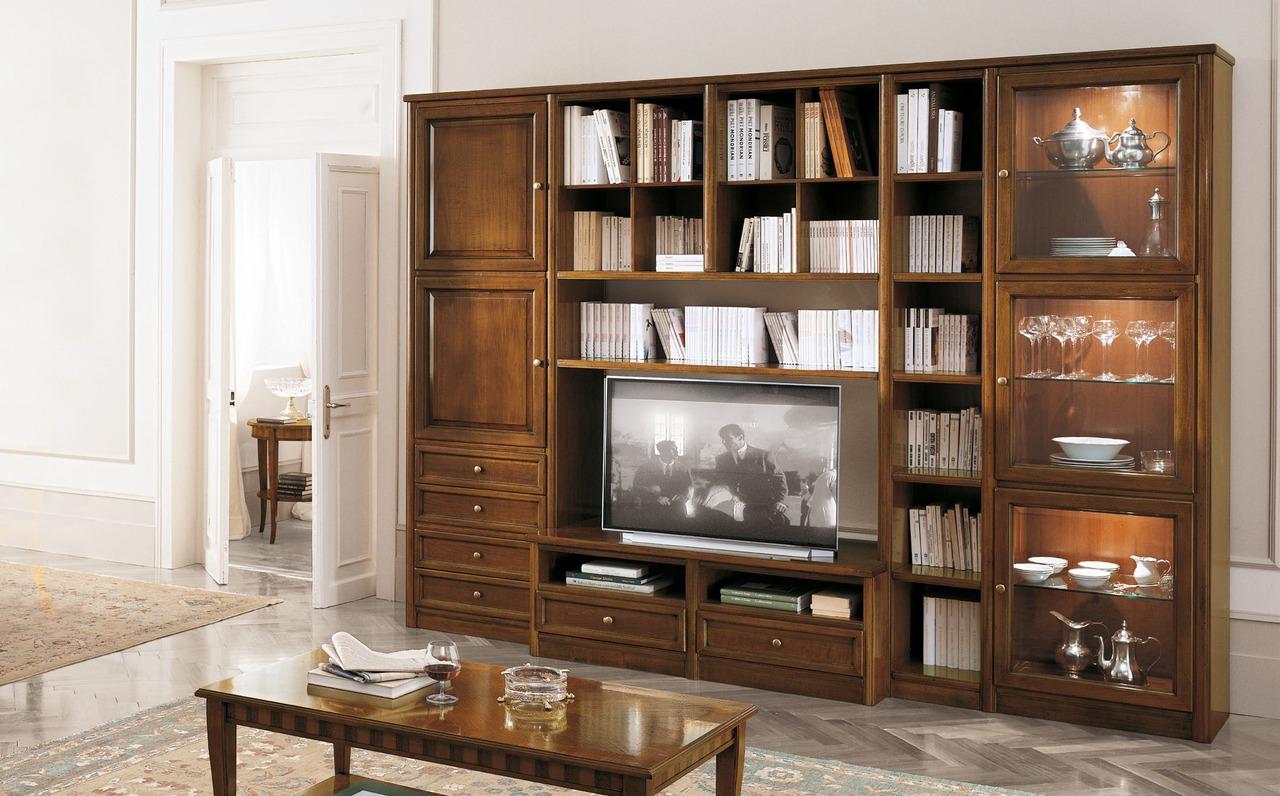Стенка и журнальный стол из дуба в классическом стиле