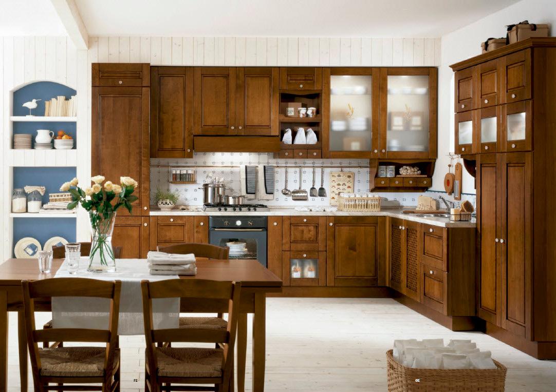 Угловая кухня из ольхи в деревенском стиле