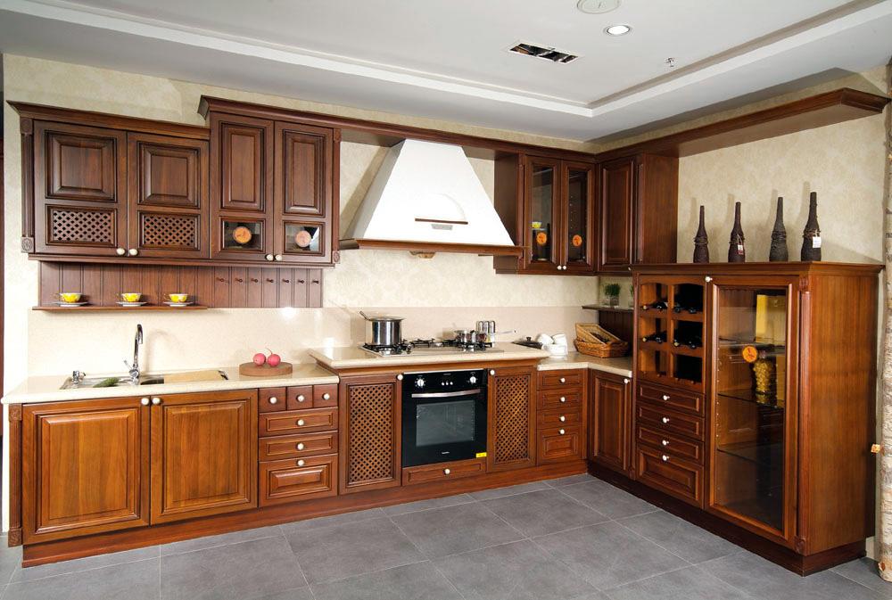 Угловой деревянный гарнитур из ольхи на кухне