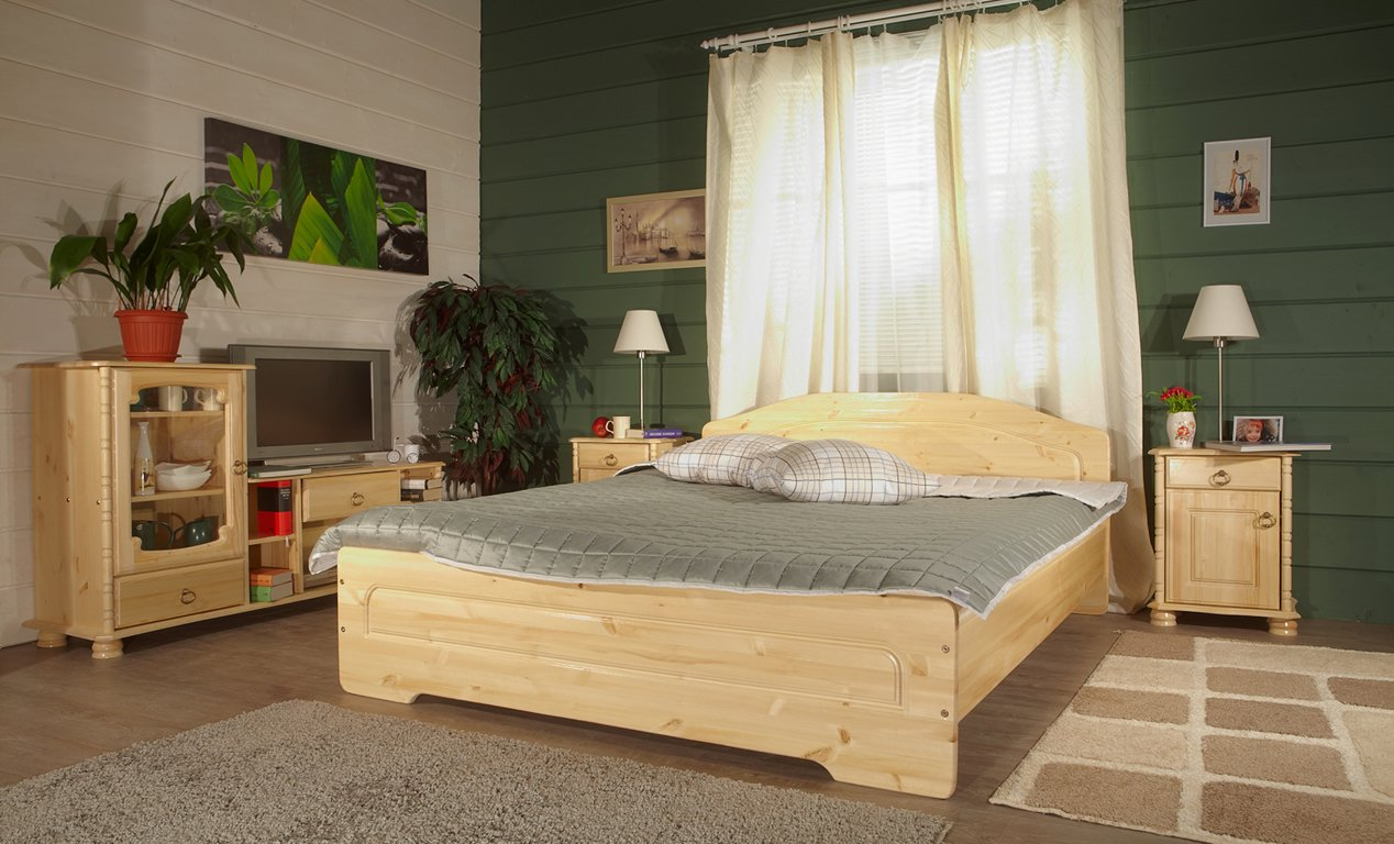 Кровать, стенка и тумбы из сосны в спальне