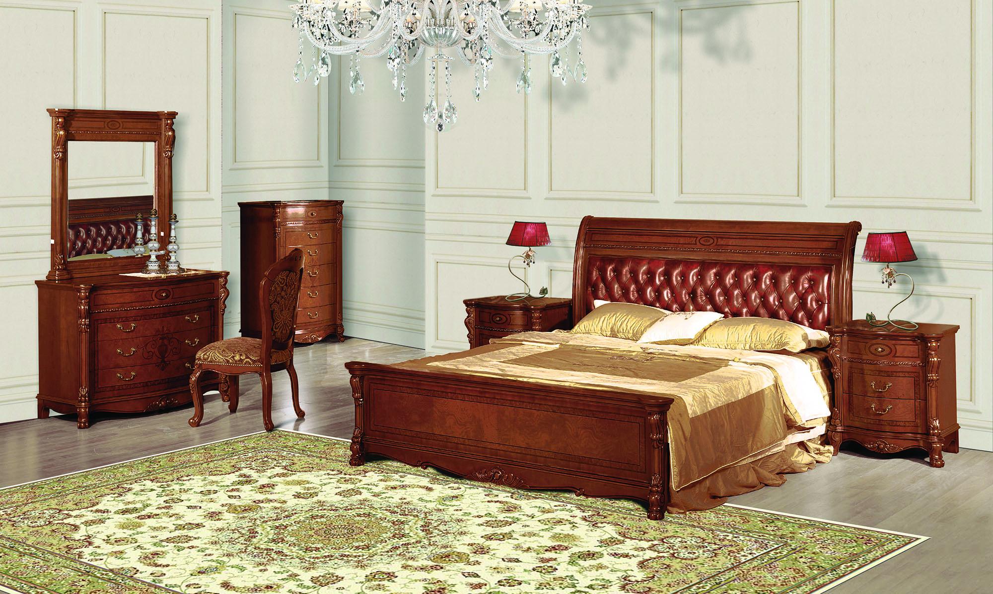 Кровать, комоды и туалетный столик из вишни в спальне