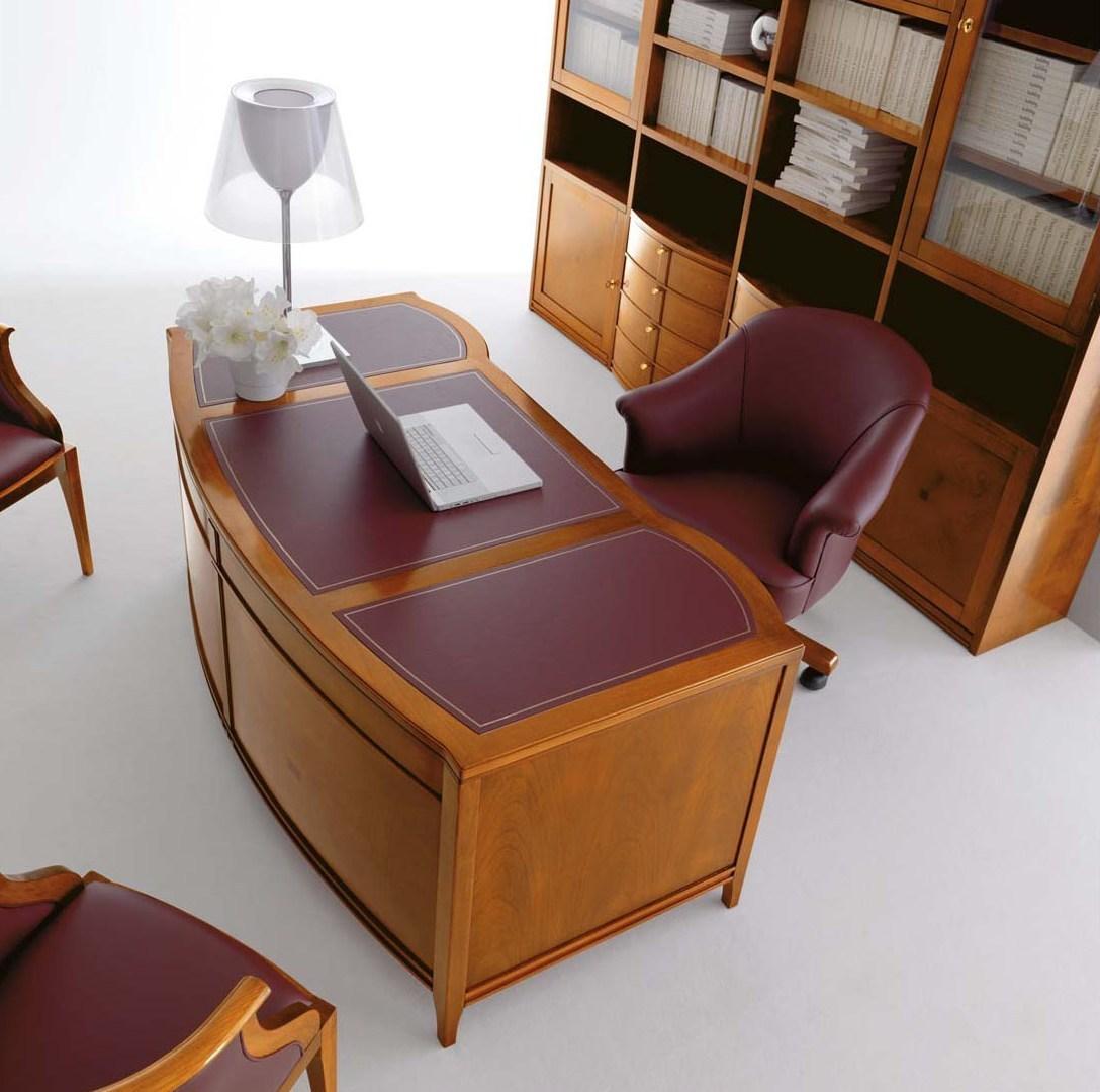 Красно-коричневая мебель из вишни и кожи в кабинете
