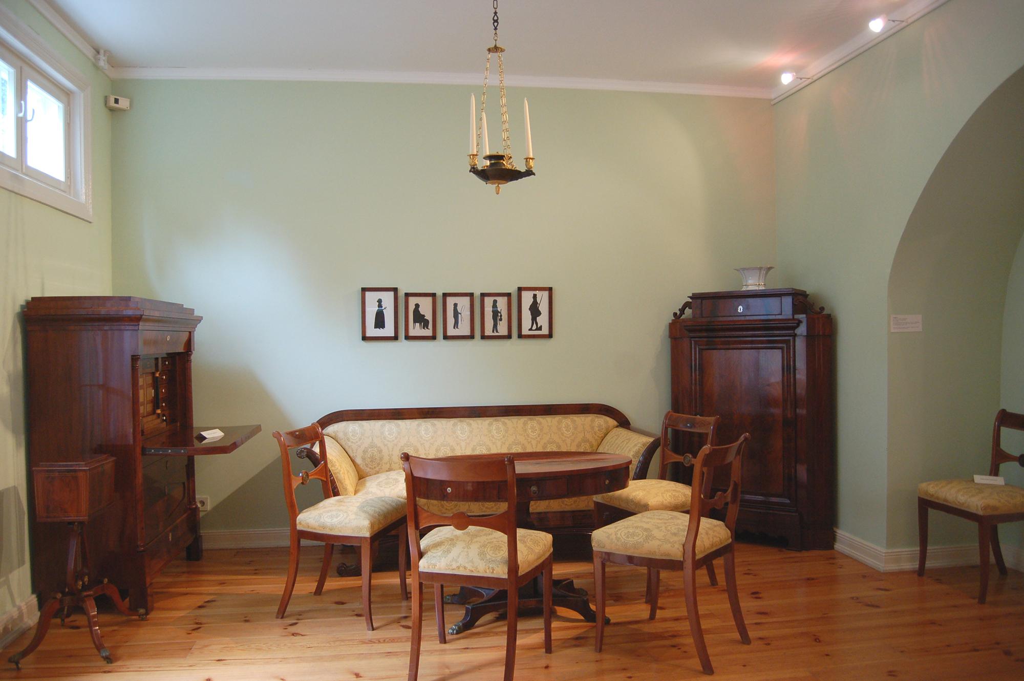 Старинная мебель из вишни в гостиной