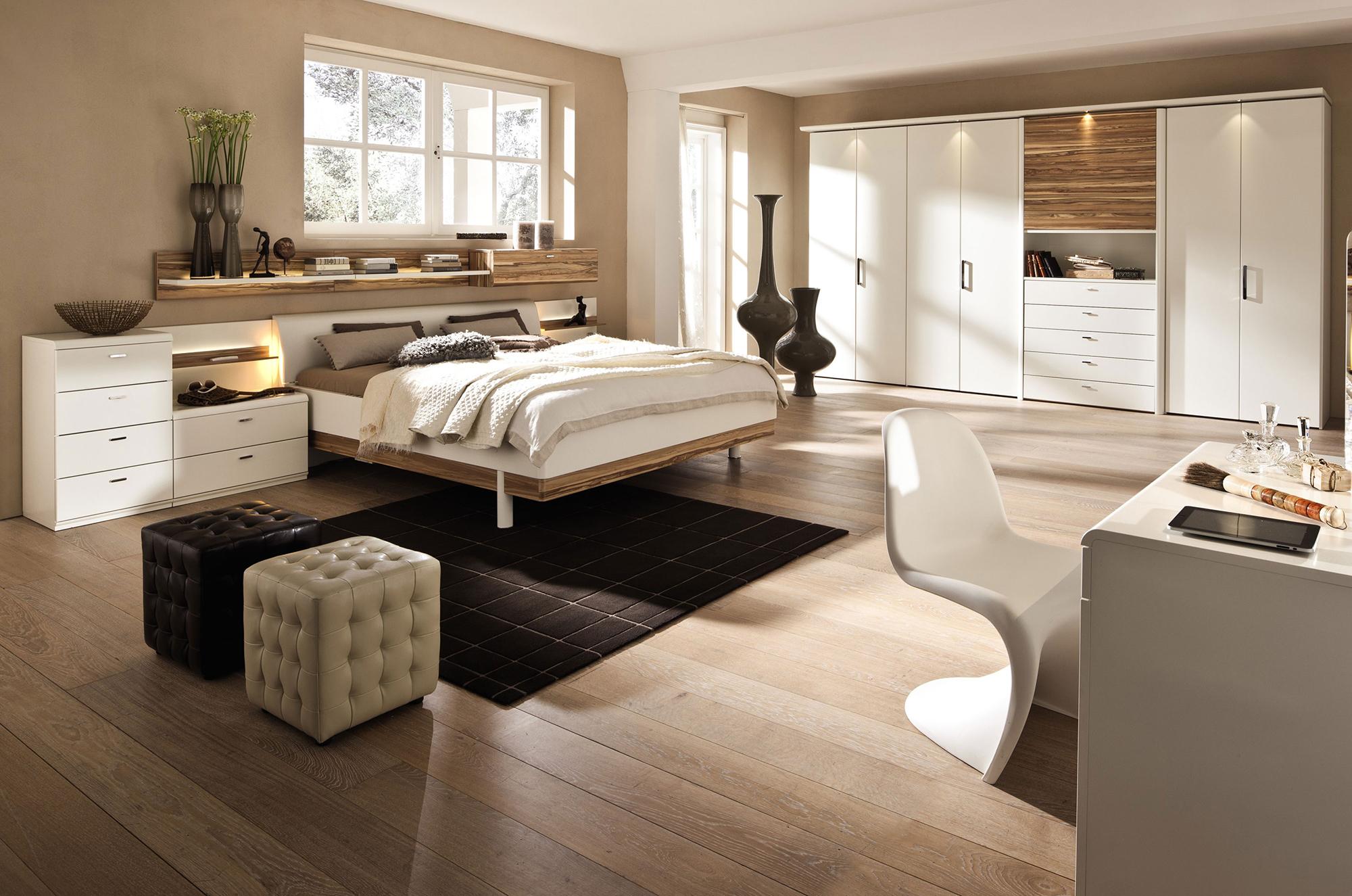 Бело-коричневая мебель из вишни в спальне