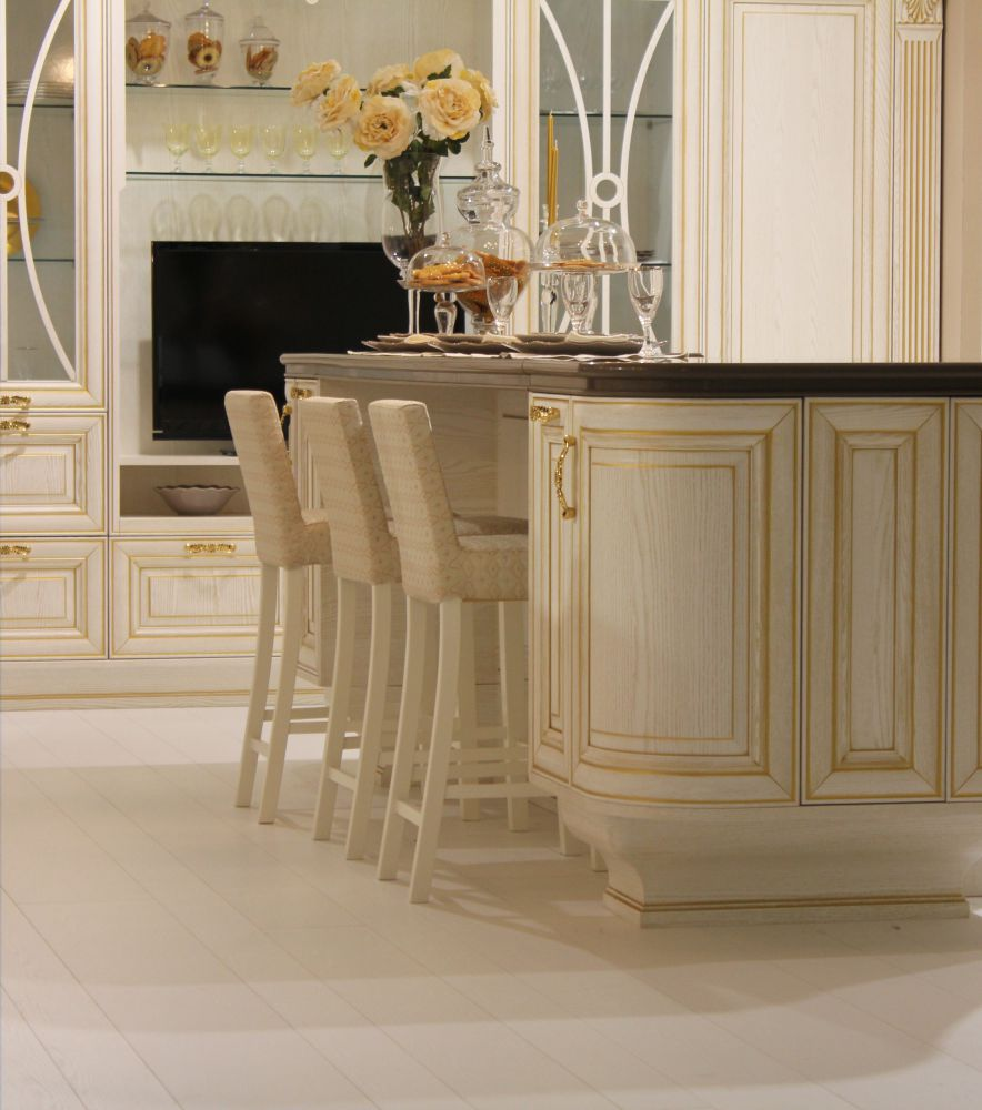 Бежево-золотистая классическая мебель для кухни из ясеня