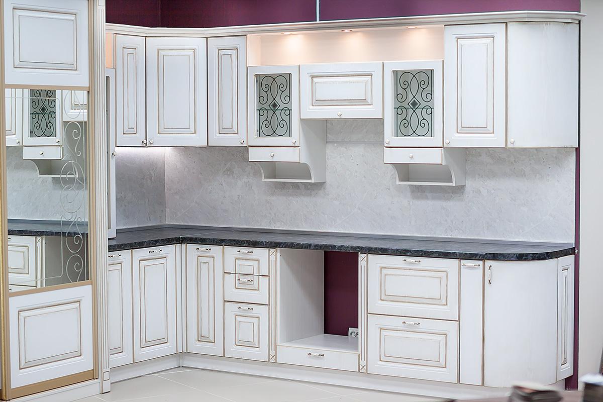 Белый кухонный гарнитур из ясеня с черной столешницей