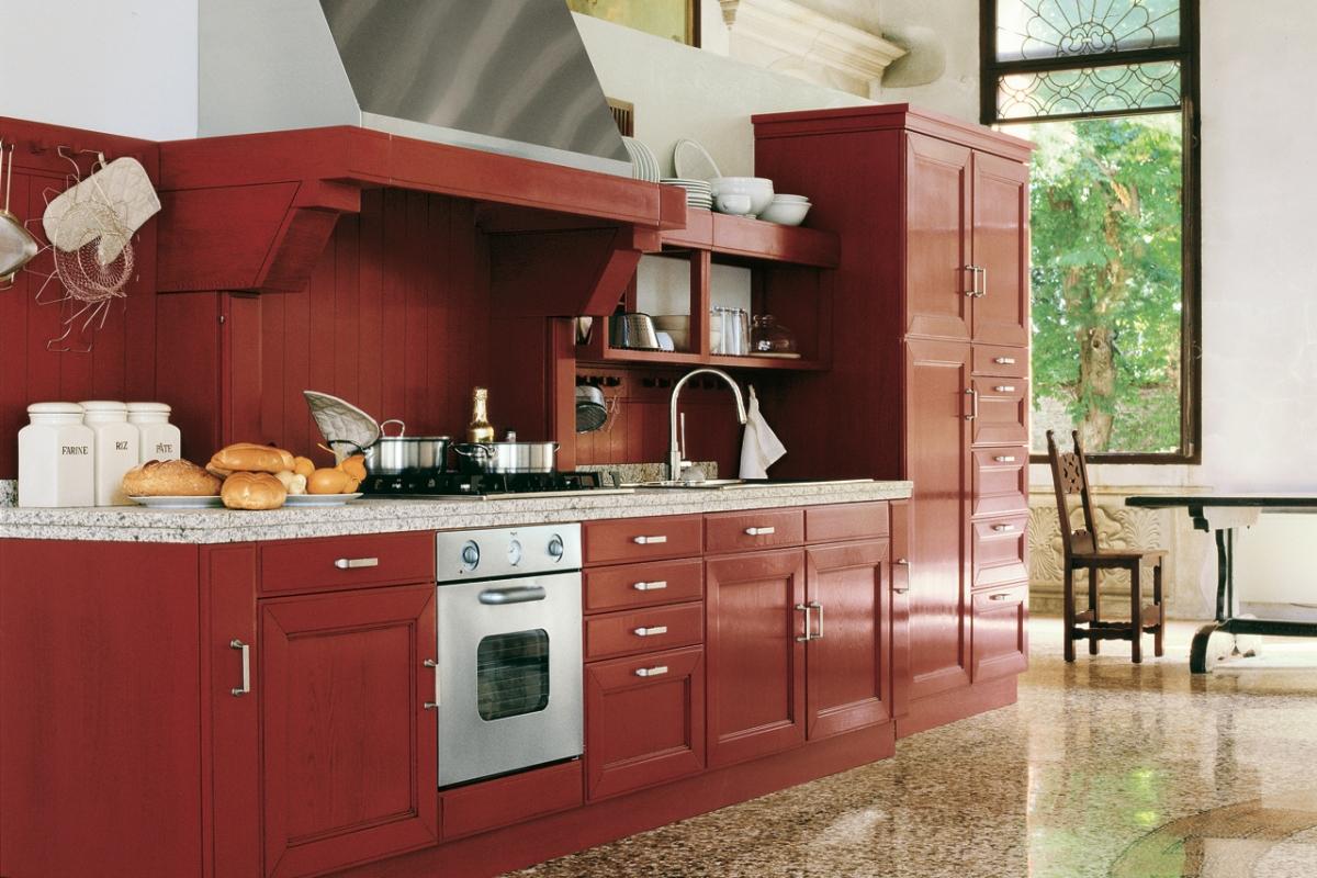 Красный кухонный гарнитур из ясеня