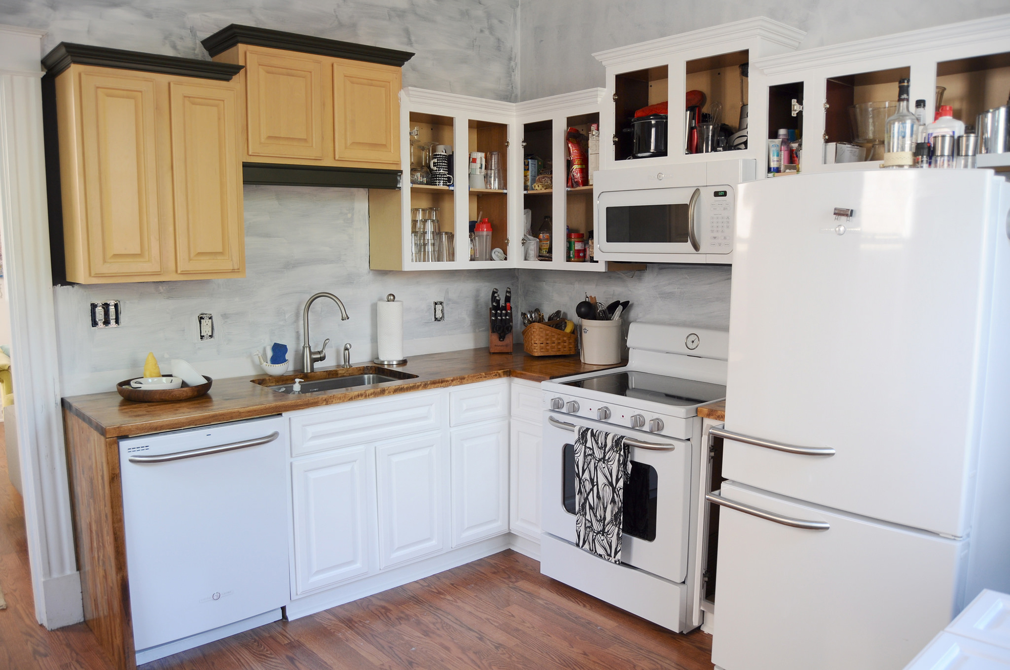 Столешница на кухне из ореха