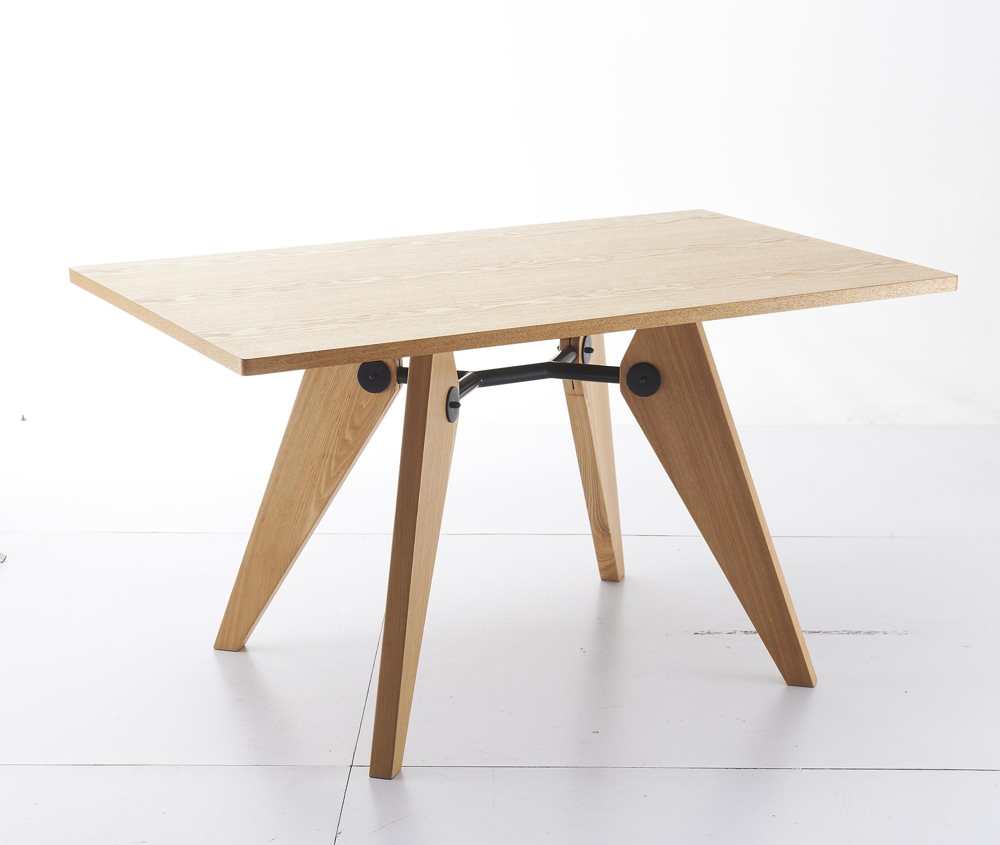 Светлый стол из ореха