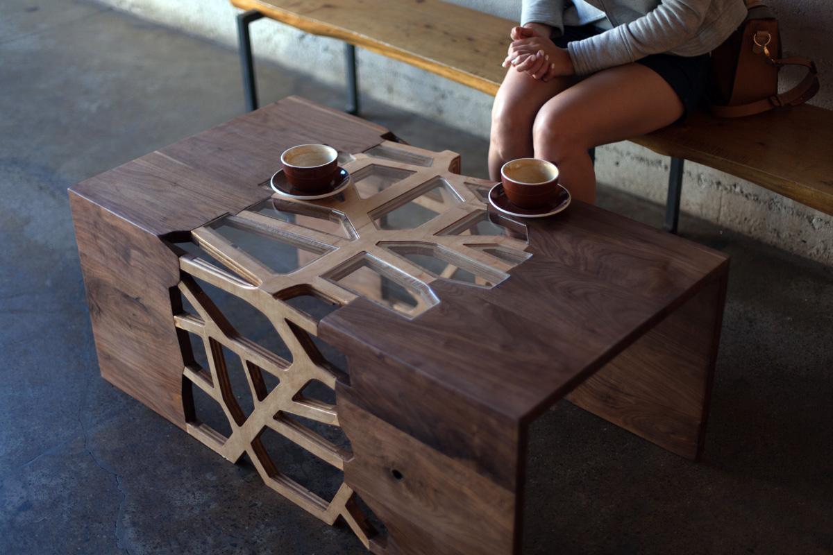 Кофейный столик из ореха и стекла