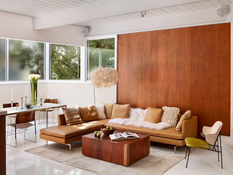 Отделка стены и столик из ореха в гостиной