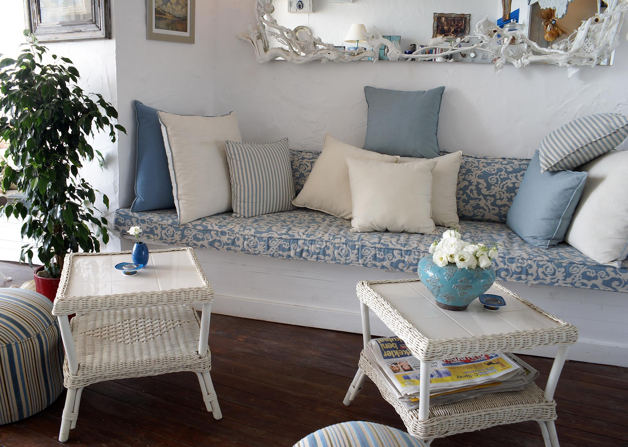 Светлая гостиная в бело-голубых тонах