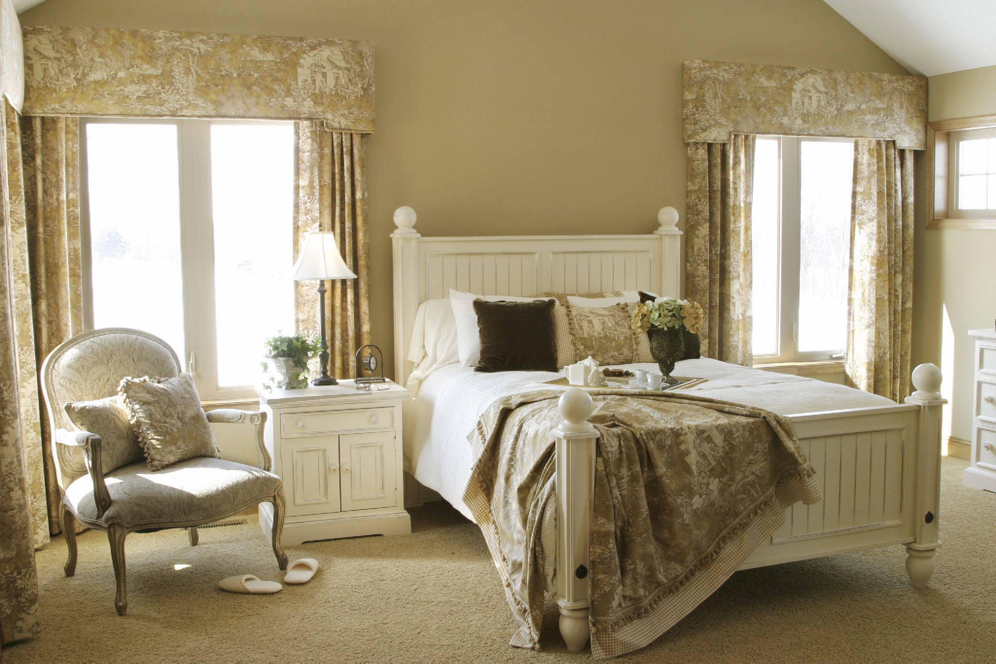 Белая кровать в стиле прованс в спальне